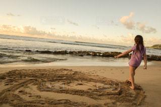 ビーチに立っている人の写真・画像素材[1129847]