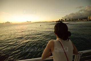 水の体の前に立っている人の写真・画像素材[1129862]