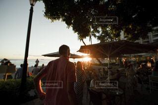 ポールの上に立っている人の写真・画像素材[1129939]