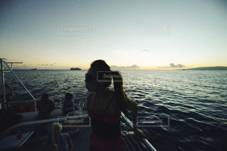 水の体の横に立っている人の写真・画像素材[1129957]