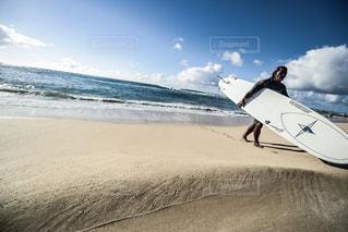 ビーチの上を歩く男の写真・画像素材[1132186]