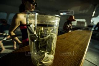 テーブルの上のビールのグラスの写真・画像素材[1132189]