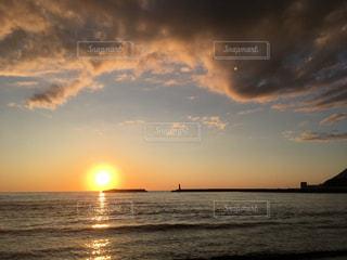水平線に沈む夕日 北海道神恵内村の写真・画像素材[1129734]