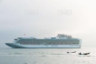 豪華客船ダイヤモンドプリンセスと漁師 北海道小樽市にての写真・画像素材[1129828]