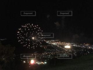 山の上から見た夜空の花火と町の夜景 北海道小樽市天狗山の写真・画像素材[1129832]
