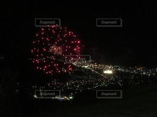 山の上から見た夜空の花火と町の夜景 北海道小樽市天狗山の写真・画像素材[1129837]