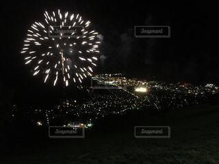 山の上から見た夜空の花火と町の夜景 北海道小樽市天狗山の写真・画像素材[1129843]