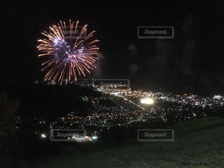 山の上から見た夜空の花火と町の夜景 北海道小樽市天狗山の写真・画像素材[1129846]