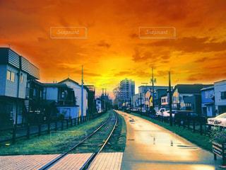 雨上がりの町並みと夕日 北海道小樽市旧手宮線の写真・画像素材[1129906]