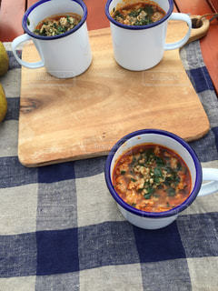 テーブルの上に食べ物のボウルの写真・画像素材[1130227]