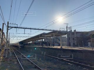 鉄の線路上の列車の写真・画像素材[2844558]