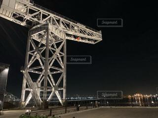 橋の上に時計がある大きな高い塔の写真・画像素材[3985987]