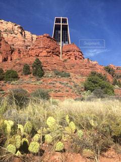 バック グラウンドで聖十字架礼拝堂でバック グラウンドで大きな山の写真・画像素材[1130903]