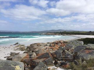 海の横にある岩のビーチの写真・画像素材[1130904]