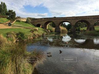 水の体の上の橋の写真・画像素材[1130925]