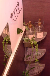 テーブルの上の花の花瓶の写真・画像素材[1135853]
