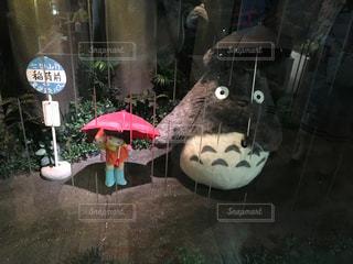 赤白と青の傘の写真・画像素材[1283105]