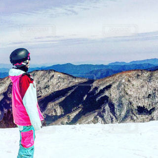 雪に覆われた斜面に立っている人の写真・画像素材[1131696]