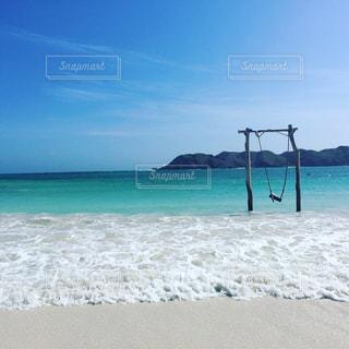 海の横にある砂浜のビーチ - No.1131862