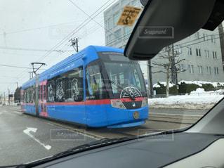 旅客列車は止まったバス停の写真・画像素材[1138619]