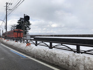 道路の上の橋を渡る列車の写真・画像素材[1138620]