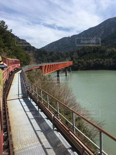 橋の上を走行する列車の写真・画像素材[1132946]