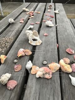 木製のベンチの上に座っている食べ物の束の写真・画像素材[4680420]
