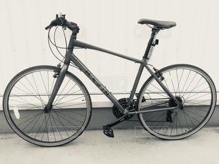 壁にもたれて自転車の写真・画像素材[1133598]