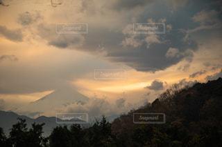空には雲のグループの写真・画像素材[1799212]