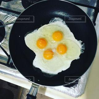 フライパンの上の目玉焼き(卵4個分)の写真・画像素材[1133777]