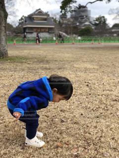 草の中に立っている小さな男の子の写真・画像素材[1133911]