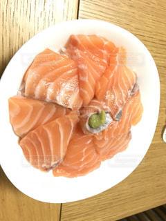 テーブルの上に食べ物のプレートの写真・画像素材[1133948]
