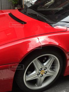 赤い車が駐車場に駐車の写真・画像素材[1134181]