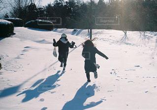 雪にはしゃぐ女の子の写真・画像素材[1713196]