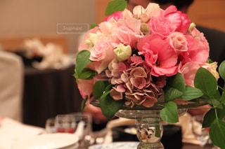 テーブルの上のピンクの花の花束の写真・画像素材[1159385]