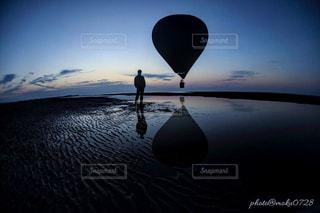 日没の前に座っている飛行機の写真・画像素材[1134988]