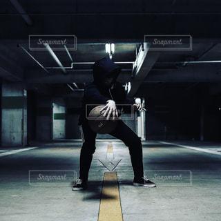 建物の側面をスケート ボードに乗って男の写真・画像素材[1134989]