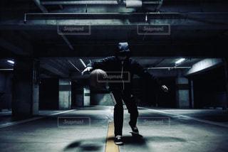 建物の側面をスケート ボードに乗って男の写真・画像素材[1134991]