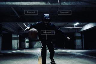 建物の側面をスケート ボードに乗って男の写真・画像素材[1134993]