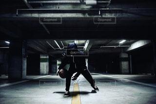 建物の側面をスケート ボードに乗って男の写真・画像素材[1134996]