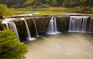 いくつかの水の上の大きな滝の写真・画像素材[1138708]