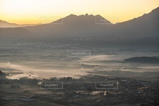 背景に広い山の眺めの写真・画像素材[3879508]