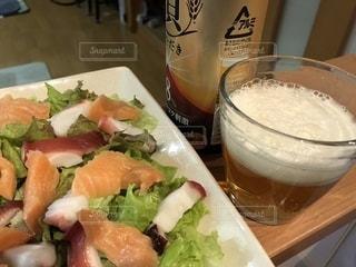 ビールとカルパッチョの写真・画像素材[1258921]