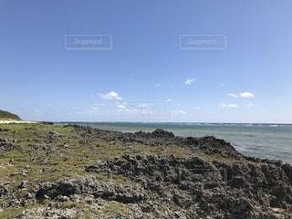 岩のビーチの写真・画像素材[1135056]