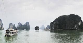 ハロン湾に浮かぶ岩の写真・画像素材[1155775]