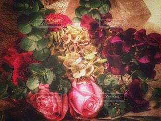 テーブルの上の花の花瓶の写真・画像素材[1286339]