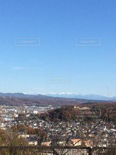 背景の山と都市のビュー - No.1135329