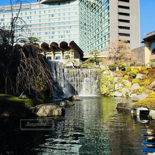 ホテルの庭園にある滝 - No.1136529