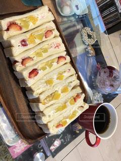 テーブルの上に食べ物のトレイの写真・画像素材[1135888]