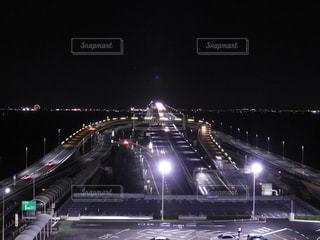 夜のライトアップされた街の写真・画像素材[1136477]
